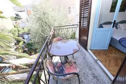 Балкон. Будванская ривьера, Черногория, Будва : Комната для 2-3 человек, с балконом, 70 метров до моря
