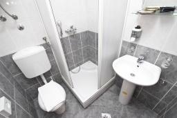 Ванная комната. Будванская ривьера, Черногория, Будва : Комната для 3 человек, с балконом