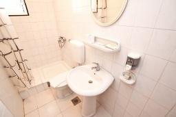 Ванная комната. Будванская ривьера, Черногория, Будва : Комната для 2 человек, с балконом