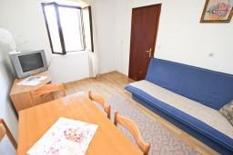 Гостиная. Будванская ривьера, Черногория, Святой Стефан : Апартамент для 4-6 человек, 2 отдельные спальни, с балконом с видом на море