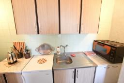 Кухня. Будванская ривьера, Черногория, Святой Стефан : Апартамент для 4-6 человек, 2 отдельные спальни, с балконом с видом на море