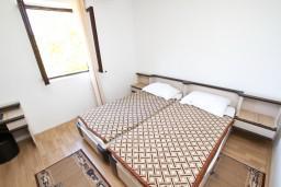 Спальня. Будванская ривьера, Черногория, Святой Стефан : Апартамент для 4-6 человек, 2 отдельные спальни, с балконом с видом на море