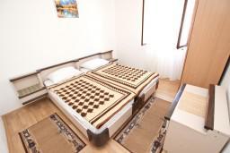 Спальня 2. Будванская ривьера, Черногория, Святой Стефан : Апартамент для 4-6 человек, 2 отдельные спальни, с балконом с видом на море