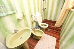 Ванная комната. Будванская ривьера, Черногория, Святой Стефан : Апартамент для 4-6 человек, 2 отдельные спальни, с балконом с видом на море