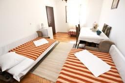 Спальня. Будванская ривьера, Черногория, Святой Стефан : Комната для 3 человек, с террасой с видом на море