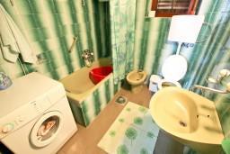 Ванная комната. Будванская ривьера, Черногория, Святой Стефан : Комната для 3 человек, с террасой с видом на море