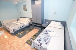 Спальня. Будванская ривьера, Черногория, Святой Стефан : Комната на 3 персоны, с балконом видом на море