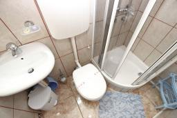 Ванная комната. Будванская ривьера, Черногория, Святой Стефан : Комната на 3 персоны, с балконом видом на море