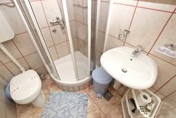 Ванная комната. Будванская ривьера, Черногория, Святой Стефан : Комната на 2-3 персоны, с балконом видом на море