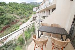 Балкон. Будванская ривьера, Черногория, Пржно : Современный апартамент с отдельной спальней, с балконом