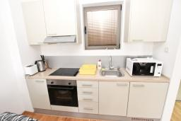 Кухня. Будванская ривьера, Черногория, Пржно : Современный апартамент с отдельной спальней, с балконом