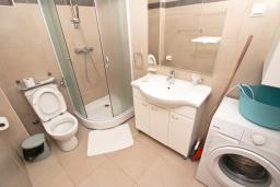 Ванная комната. Будванская ривьера, Черногория, Пржно : Современный апартамент с отдельной спальней, с балконом