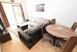 Гостиная. Будванская ривьера, Черногория, Пржно : Современный апартамент с отдельной спальней, с террасой