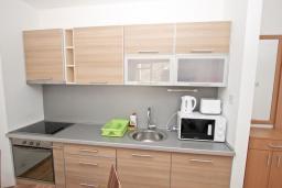 Кухня. Будванская ривьера, Черногория, Пржно : Современный апартамент с отдельной спальней, с террасой