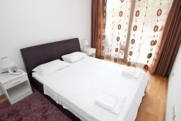Спальня. Будванская ривьера, Черногория, Пржно : Современный апартамент с отдельной спальней, с террасой