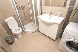Ванная комната. Будванская ривьера, Черногория, Пржно : Современный апартамент с отдельной спальней, с террасой