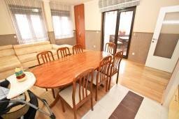 Гостиная. Рафаиловичи, Черногория, Рафаиловичи : Уютный апартамент для 4-6 человек, с большой гостиной, с 2-мя отдельными спальнями, 50 метров до моря