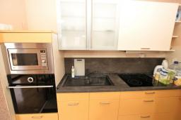 Кухня. Рафаиловичи, Черногория, Рафаиловичи : Уютный апартамент для 4-6 человек, с большой гостиной, с 2-мя отдельными спальнями, 50 метров до моря