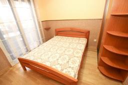 Спальня. Рафаиловичи, Черногория, Рафаиловичи : Уютный апартамент для 4-6 человек, с большой гостиной, с 2-мя отдельными спальнями, 50 метров до моря