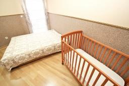 Спальня 2. Рафаиловичи, Черногория, Рафаиловичи : Уютный апартамент для 4-6 человек, с большой гостиной, с 2-мя отдельными спальнями, 50 метров до моря
