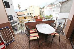 Терраса. Рафаиловичи, Черногория, Рафаиловичи : Уютный апартамент для 4-6 человек, с большой гостиной, с 2-мя отдельными спальнями, 50 метров до моря