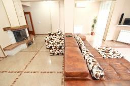 Гостиная. Рафаиловичи, Черногория, Рафаиловичи : Роскошный, трехуровневый апартамент для 6-8 человек, с просторной гостиной, с 3-мя отдельными спальнями, с джакузи, с камином, с бассейном и большой террасой с шикарным видом на море, 50 метров до пляжа