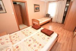 Спальня. Будванская ривьера, Черногория, Петровац : Апартамент для 8 человек, с 3-мя отдельными спальнями, с 3-мя ванными комнатами, с террасой