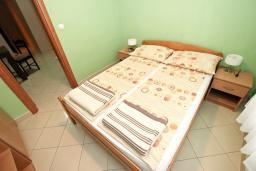 Спальня 2. Будванская ривьера, Черногория, Петровац : Апартамент для 8 человек, с 3-мя отдельными спальнями, с 3-мя ванными комнатами, с террасой