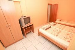 Спальня 3. Будванская ривьера, Черногория, Петровац : Апартамент для 8 человек, с 3-мя отдельными спальнями, с 3-мя ванными комнатами, с террасой