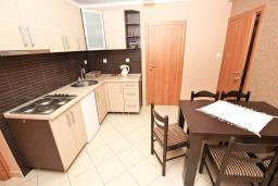 Кухня. Будванская ривьера, Черногория, Петровац : Апартамент для 8 человек, с 3-мя отдельными спальнями, с 3-мя ванными комнатами, с террасой