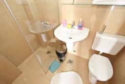 Ванная комната. Будванская ривьера, Черногория, Риека Режевичи : Комната для 2-3 человек, с террасой с видом на море
