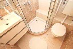 Ванная комната. Будванская ривьера, Черногория, Риека Режевичи : Апартамент с отдельной спальней, с террасой