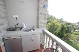 Кухня. Будванская ривьера, Черногория, Риека Режевичи : Студия с балконом с видом на море на вилле с бассейном
