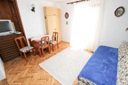 Гостиная. Будванская ривьера, Черногория, Риека Режевичи : Апартамент с отдельной спальней, с террасой с видом на море