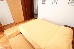 Спальня. Будванская ривьера, Черногория, Риека Режевичи : Апартамент с отдельной спальней, с террасой с видом на море