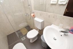 Ванная комната. Будванская ривьера, Черногория, Риека Режевичи : Апартамент с отдельной спальней, с террасой с видом на море