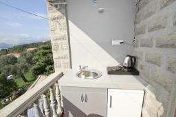 Кухня. Будванская ривьера, Черногория, Риека Режевичи : Апартамент с отдельной спальней, с террасой с видом на море