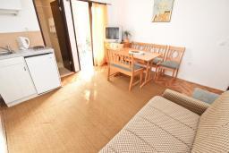 Гостиная. Будванская ривьера, Черногория, Риека Режевичи : Апартамент с отдельной спальней, с балконом с видом на море