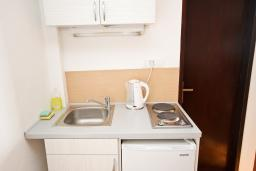 Кухня. Будванская ривьера, Черногория, Риека Режевичи : Апартамент с отдельной спальней, с балконом с видом на море