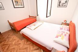 Спальня. Будванская ривьера, Черногория, Риека Режевичи : Апартамент с отдельной спальней, с балконом с видом на море