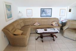 Гостиная. Будванская ривьера, Черногория, Риека Режевичи : Апартамент для 4 человек, с большой гостиной, с 2-мя отдельными спальнями, с террасой с видом на море