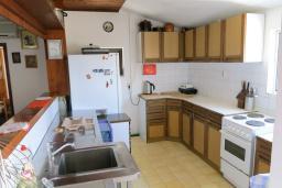 Кухня. Будванская ривьера, Черногория, Риека Режевичи : Апартамент для 4 человек, с большой гостиной, с 2-мя отдельными спальнями, с террасой с видом на море