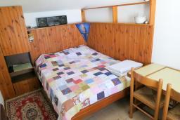 Спальня. Будванская ривьера, Черногория, Риека Режевичи : Апартамент для 4 человек, с большой гостиной, с 2-мя отдельными спальнями, с террасой с видом на море