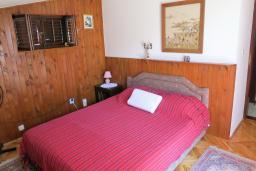 Спальня 2. Будванская ривьера, Черногория, Риека Режевичи : Апартамент для 4 человек, с большой гостиной, с 2-мя отдельными спальнями, с террасой с видом на море