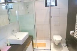 Ванная комната. Будванская ривьера, Черногория, Риека Режевичи : Апартамент для 4 человек, с большой гостиной, с 2-мя отдельными спальнями, с террасой с видом на море