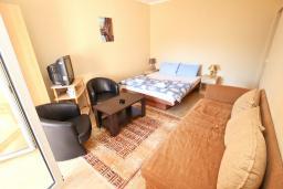 Спальня. Будванская ривьера, Черногория, Булярица : Апартамент для 4-5 человек, с 2-мя отдельными спальнями, с 2-мя ванными комнатами, с балконом с видом на море, 100 метров до пляжа