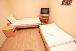 Спальня 2. Будванская ривьера, Черногория, Булярица : Апартамент для 4-5 человек, с 2-мя отдельными спальнями, с 2-мя ванными комнатами, с балконом с видом на море, 100 метров до пляжа