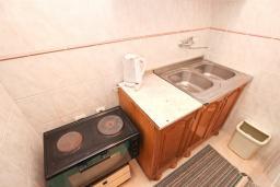 Кухня. Будванская ривьера, Черногория, Булярица : Апартамент для 4-5 человек, с 2-мя отдельными спальнями, с 2-мя ванными комнатами, с балконом с видом на море, 100 метров до пляжа