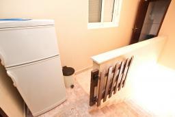 Коридор. Будванская ривьера, Черногория, Булярица : Апартамент для 4-5 человек, с 2-мя отдельными спальнями, с 2-мя ванными комнатами, с балконом с видом на море, 100 метров до пляжа