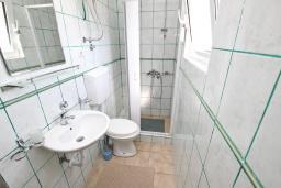Ванная комната. Будванская ривьера, Черногория, Булярица : Апартамент для 4-5 человек, с 2-мя отдельными спальнями, с 2-мя ванными комнатами, с балконом с видом на море, 100 метров до пляжа